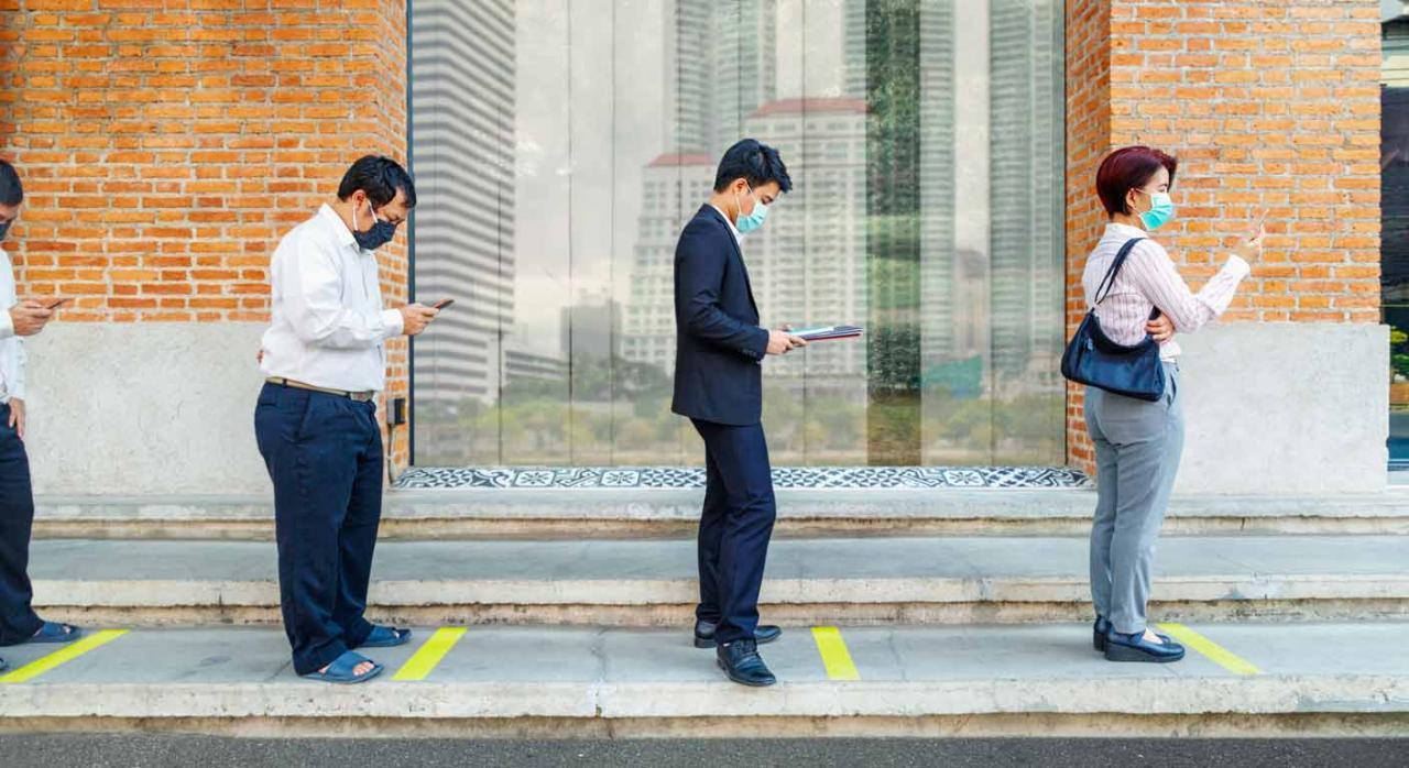 Aplicación práctica de la consulta 1 del BOICAC 122 de junio de 2020. Imagen de personas asiáticas con mascarilla y guardando distancia de seguridad frente a la Covid19