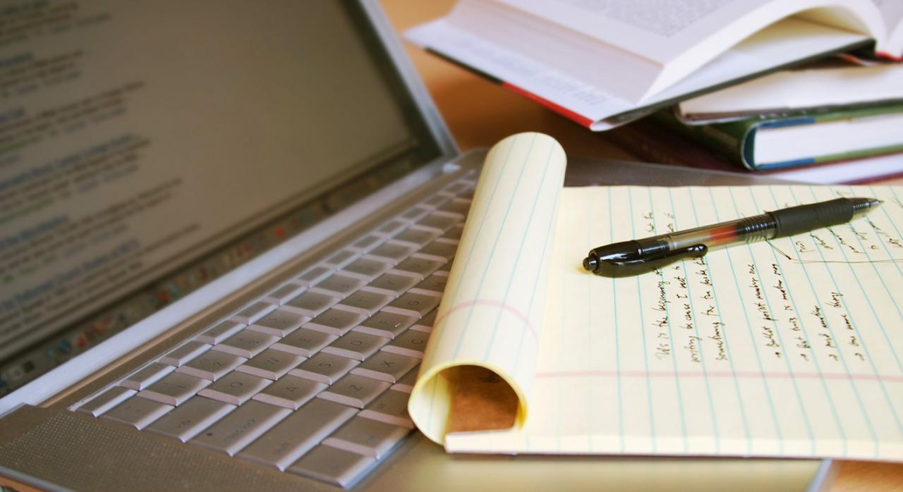Auditores. Imagen de un portátil con un bolígrafo y un bloc de notas