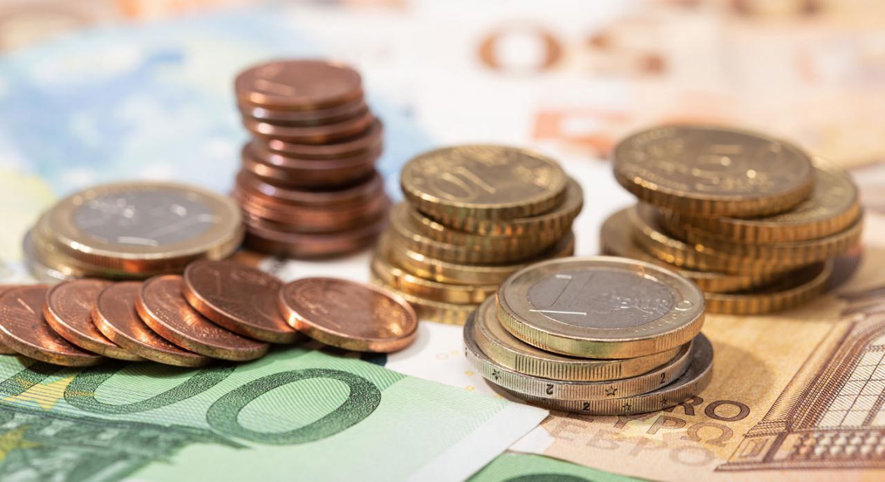 Problema contable sobre el cálculo y la contabilización del beneficio distribuible. Imagen de billetes y monedas