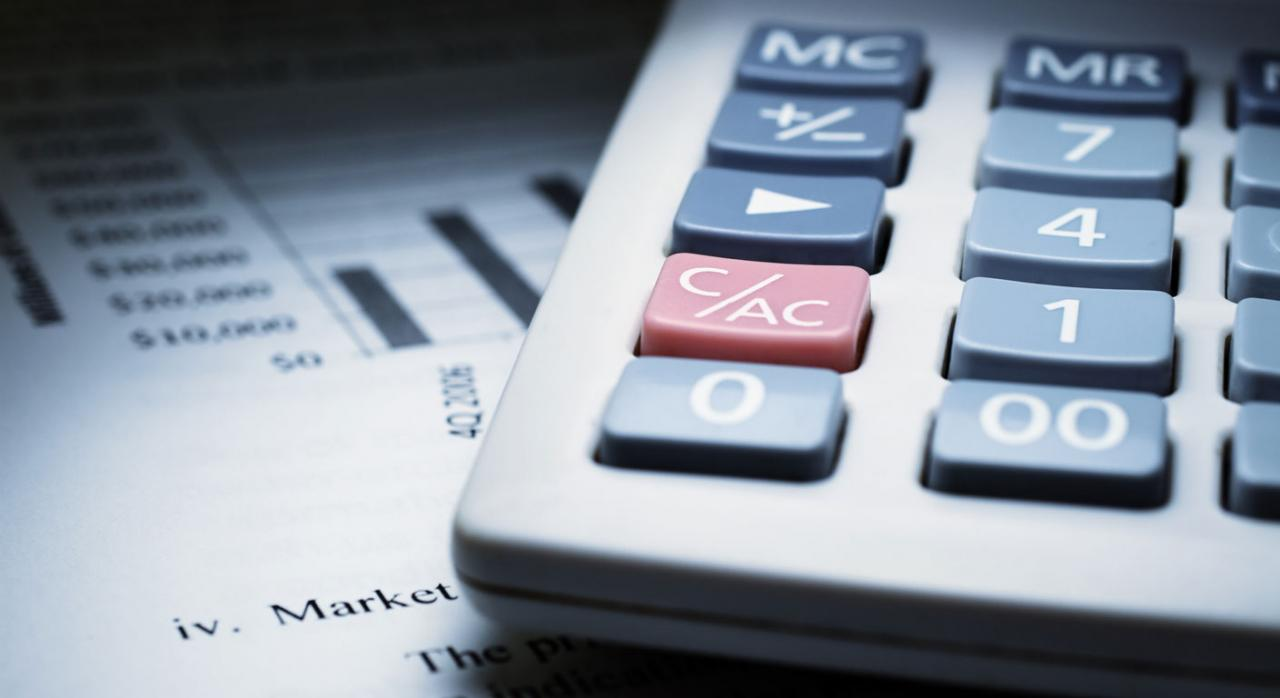 Deloitte multada con 23 millones de euros. Imagen de calculadora sobre papel con gráficos