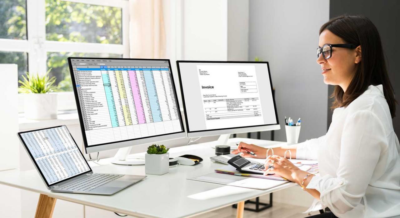 Aspectos  importantes a la hora de configurar un programa contable. Imagen de mujer con dos ordenadores con aplicaciones contables. Configuración