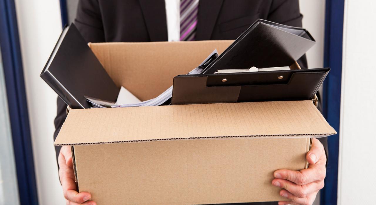 Contabilidad. Imagen de un hombre que agarra una caja de cartón