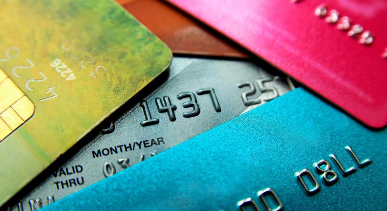 Deuda. Montón de tarjetas de crédito de colores