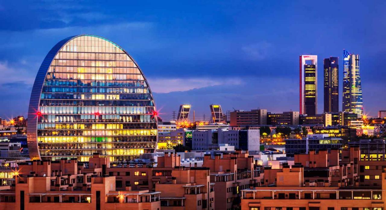 Auditor. Vistas nocturna del distrito financiero de Madrid