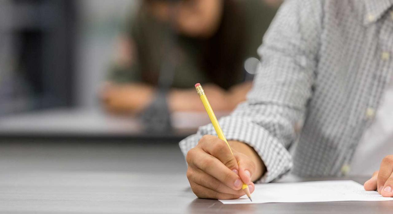 Examen. Imagen de un hombre haciendo un examen