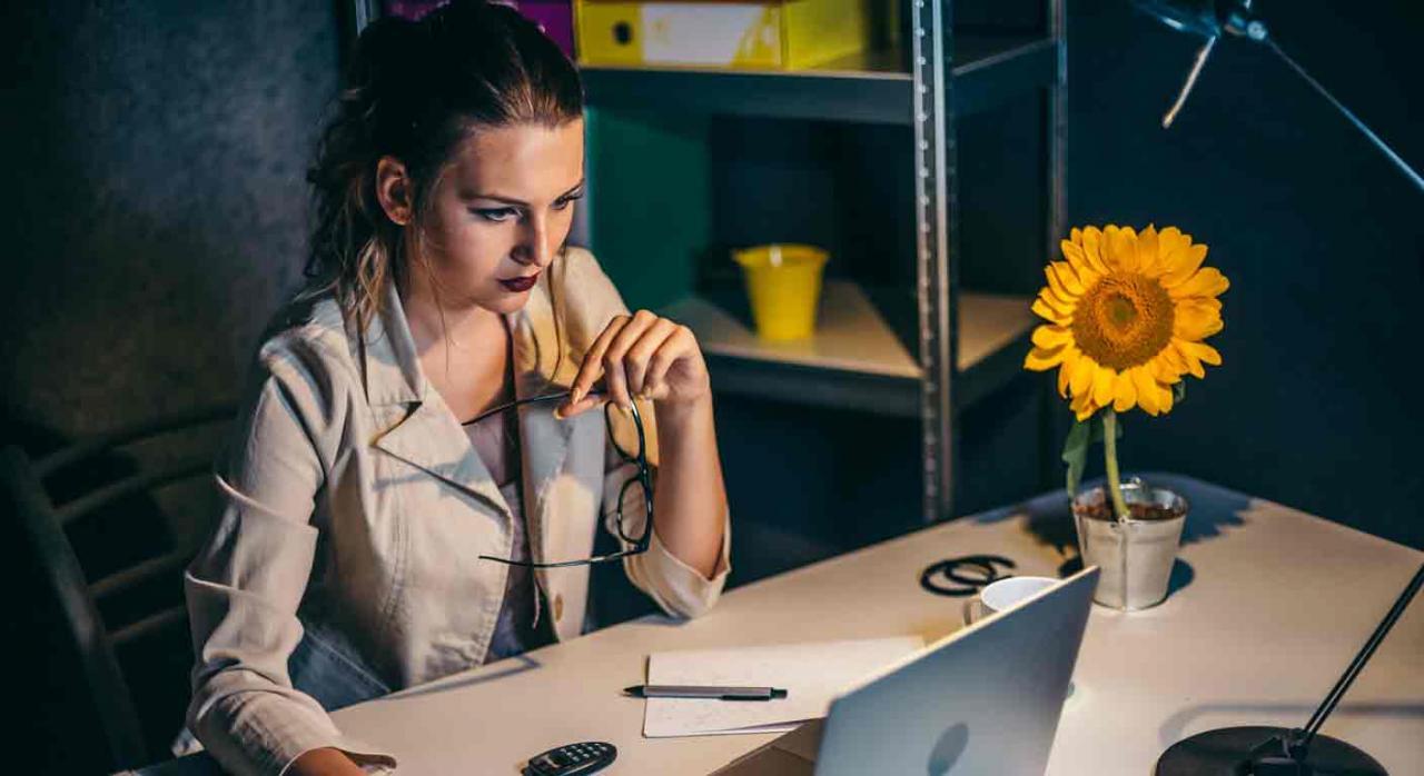 Factores que puden afectar a la vida de un contable en una empresa. Mujer jóven frente en oficina frente a un portátil