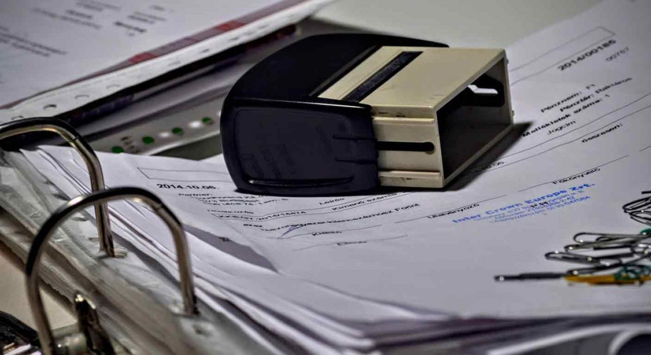 Facturas rectificativas o de abono. Archivador con papeles
