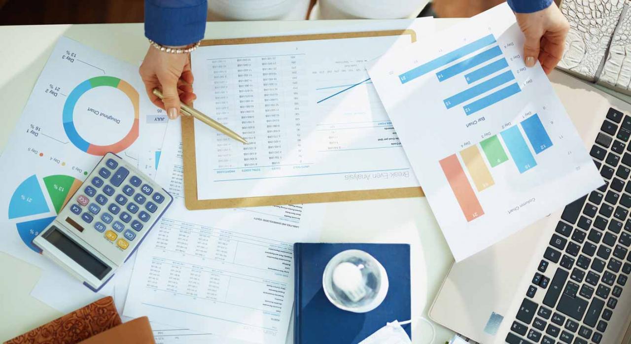 Como cuantificar el impacto de la Coivd-19 en las cuentas de la empresa. Imagen de mujer de negocios trabajando con documentos en una mesa