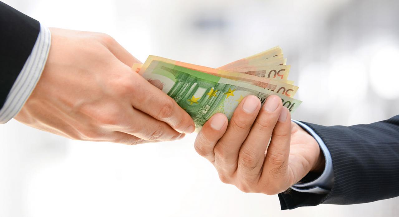 Contabilidad. Dos manos de hombres de negocios pasándose unos billetes