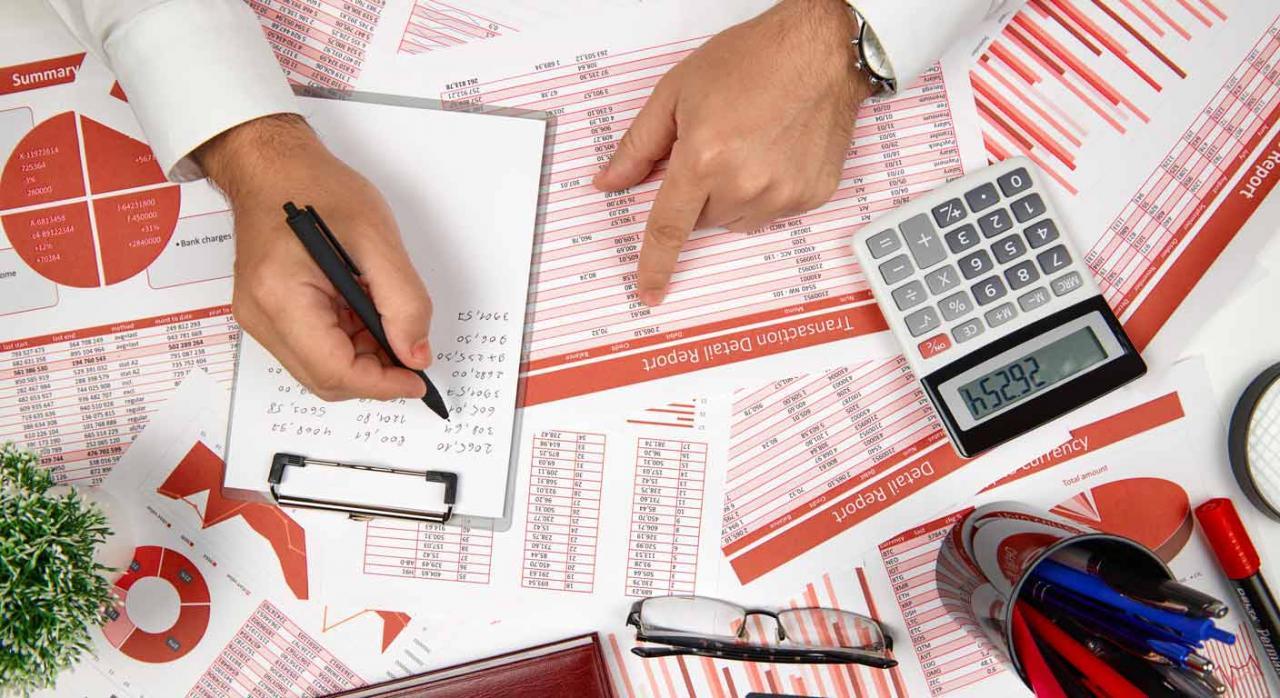 Mesa de trabajo llena de documentos contables. Modelización financiera