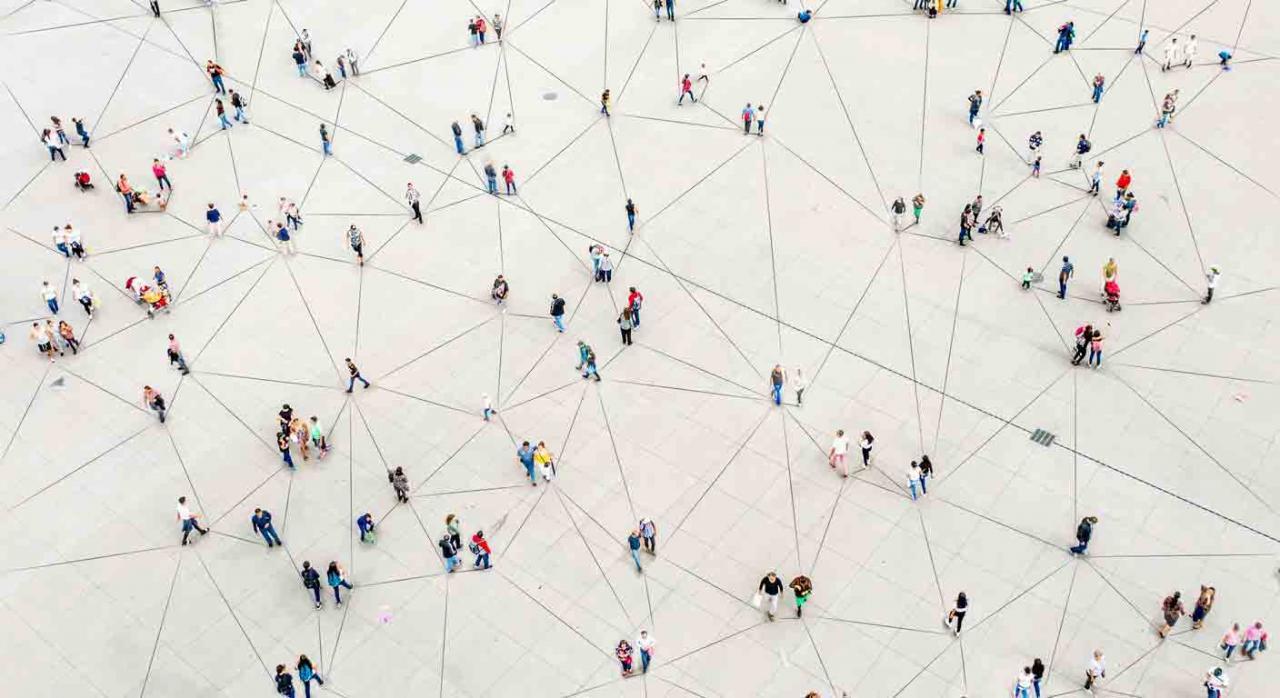 Clientes. Vista aérea de multitud de personas conectadas por líneas