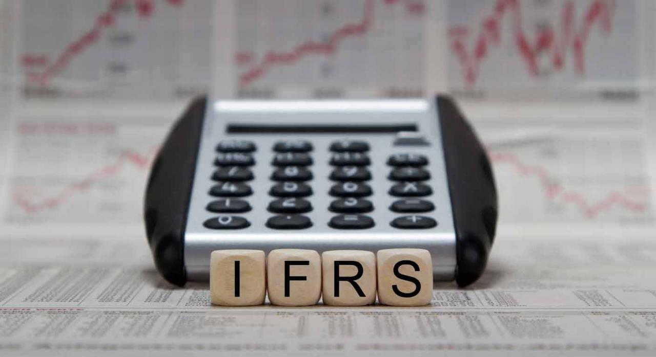 Una calculadora y unos dados con las letras IFRS  (NIIF)