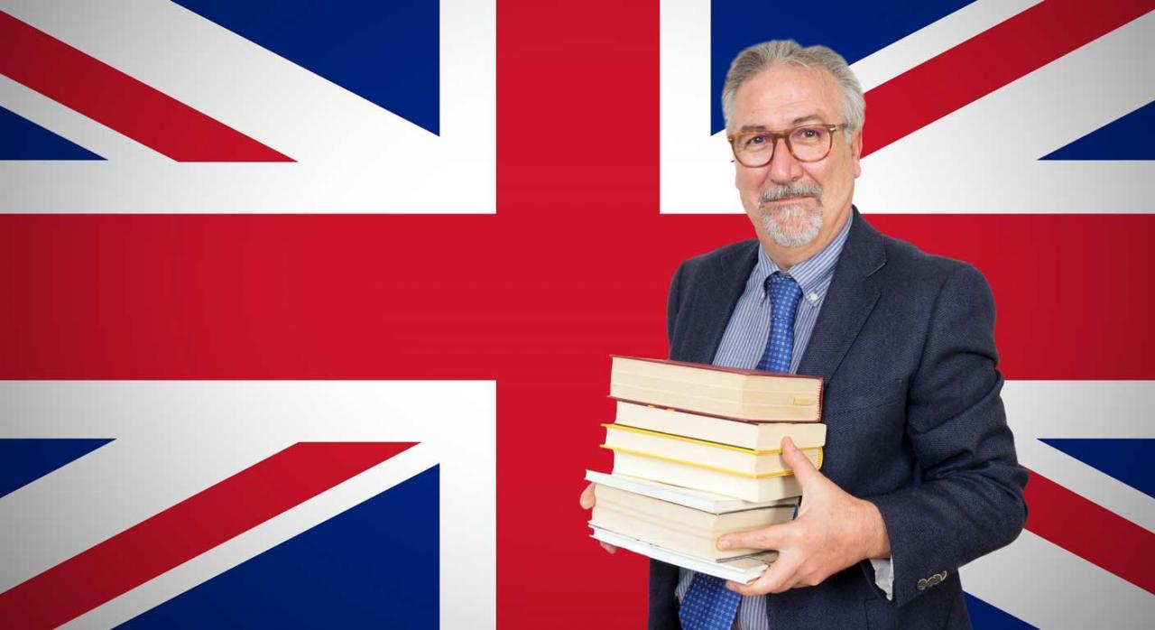 Hombre delante de bandera británica sujetando unos libros. Plan General de Contabilidad