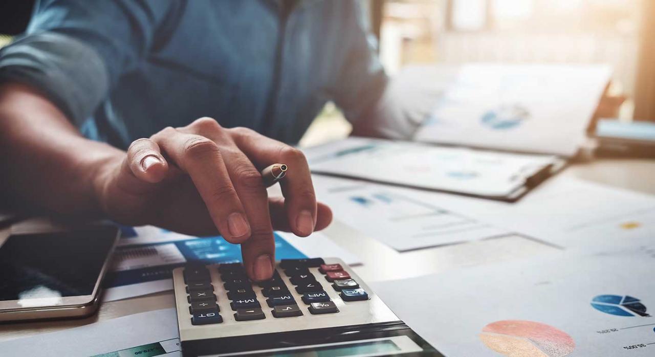 ratios. Imagen de un hombre con una calculadora