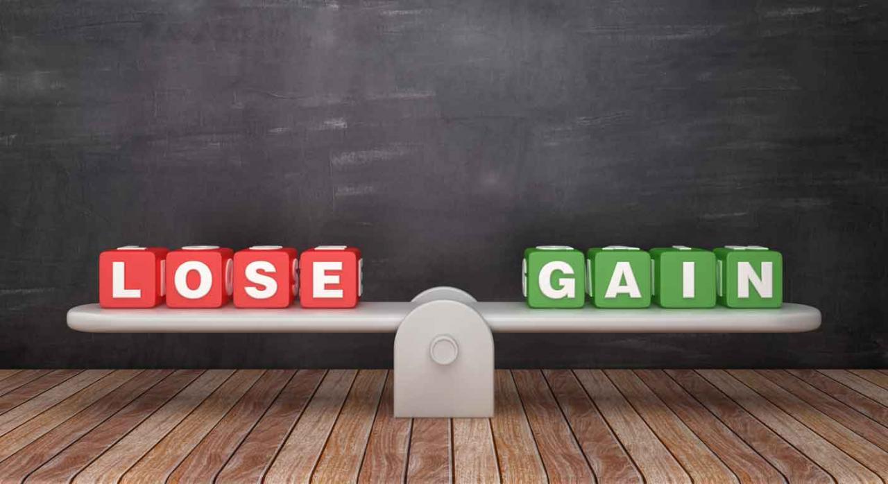 Se ve una balanza de contabilidad en un lado la palabra Lose y en el otro gain