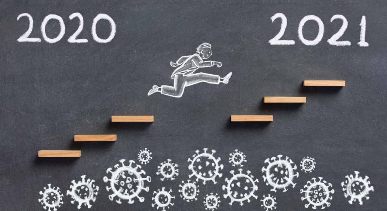 retos contables y financieros para 2021. Figura de un hombre dibujado a tiza en una pizarra, subiendo unas escaleras hacia el año 2021